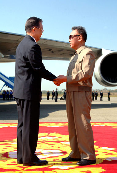 PRC Premier Wen Jiabao and KWP General-Secretary Kim Jong-il exchange photo-op civilities in Pyongyang on Sunday (Photo: Korean Central News Agency)