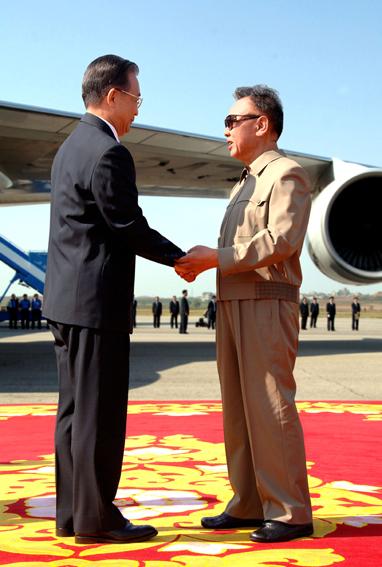 PRC Premier Wen Jiabao and KWP General-Secretary Kim Jong-il exchange photo-op civilities in Pyongyang on Sunday (Photo: Korean Central News Agency)