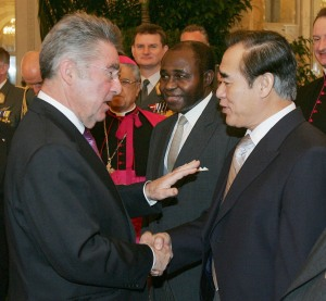 Austrian President Dr. Heinz Fischer greeting DPRK Ambassador Kim Kwang-sop January 2009 (Photo: Hofburg Palace: Office of the President of the Federal Republic of Austria)