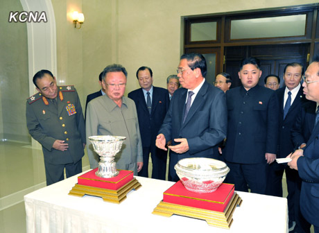 Lao President Choummaly Sayasone presents gifts to Kim Jong Il during a September 2011 visit (Photo: NK Leadership Watch file photo/KCNA).