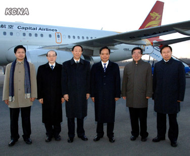 A visiting CPC delegation pose for a photograph after arriving in Pyongyang on 29 November 2012 (Photo: KCNA)