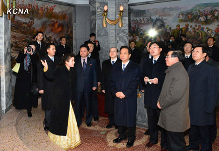 Li Jianguo and a CPC delegation are briefed about the Friendship Tower in Pyongyang on 29 November 2012 (Photo: KCNA)
