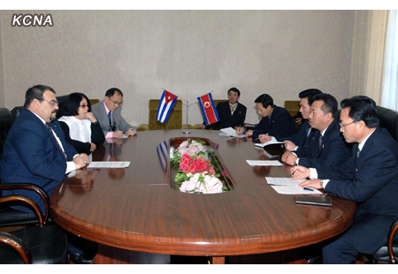 Cuban officials (L) meet with their DPRK counterparts (R) in Pyongyang on 12 December 2012 (Photo: KCNA)