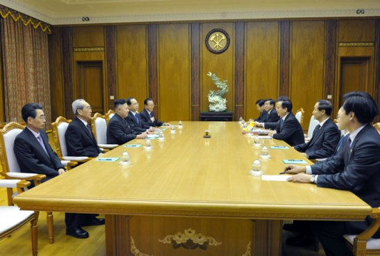 Kim Jong Un and KWP Central Committee officials (L) meet with a CPC delegation led by Li Jianguo (R) in Pyongyang on 30 November 2012 (Photo: Rodong Sinmun)
