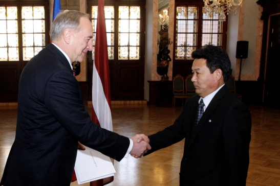 DPRK Ambassador Pak Kwang Chol (R) shakes hands with Latvian President Andris Bērziņš (L) after presenting his diplomatic credentials on 4 December 2012 (Photo: Office of the President of Latvia)