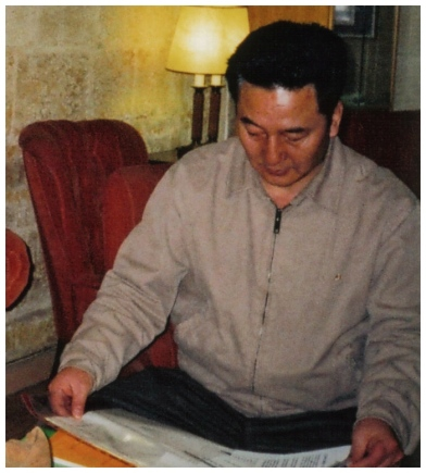 Newly appointed DPRK Ambassador to Kuwait So Chang Sik reads a newspaper while visiting with the leadership of the Alliance of Liberal Democrats of Malta in January 2009 (Photo: Allianza Liberal-Demokratika Malta)