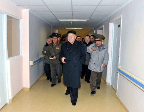 Kim Jong Un (C) walks down a corridor at the construction of the  Taesongsan General Hospital (Photo: Rodong Sinmun)