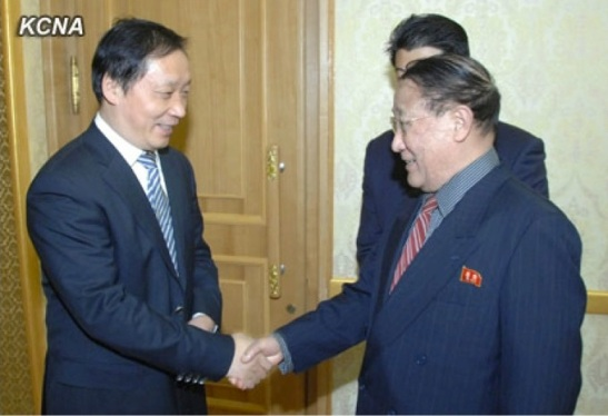 DPRK Vice Premier Kang Sok Ju (R) shakes hands with Chinese Vice Minister of Commerice Li Jinzao (L) prior to a meeting at Mansudae Assembly Hall in Pyongyang on 10 January 2013 (Photo: KCNA)