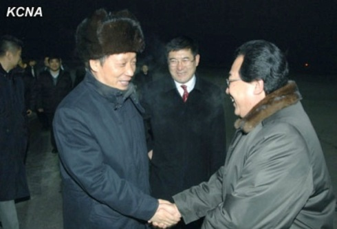 PRC Vice Minister of Commerce Li Jinzao shakes hands with a DPRK official after arriving at Pyongyang Sunan Airport on 7 January 2013 (Photo: KCNA)