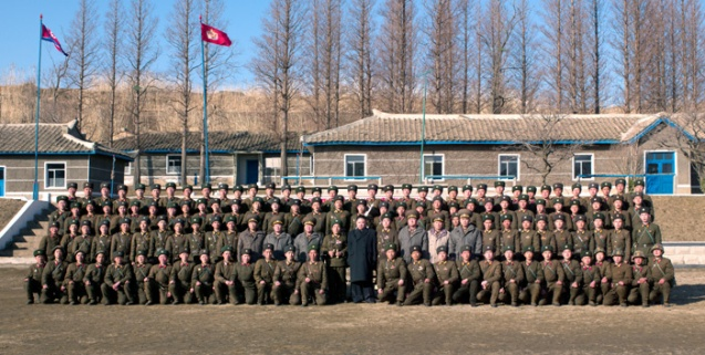 Kim Jong Un poses for commemorative photograph with service members and officers of the Wolnae Islet defense unit (Photo: Rodong Sinmun)
