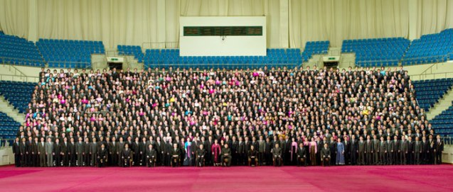 Commemorative photograph of Kim Jong Un, members of the DPRK central leadership and participants at an 18 March 2013 national meeting of light industry workers in Pyongyang on 19 March 2013 (Photo: Rodong Sinmun)