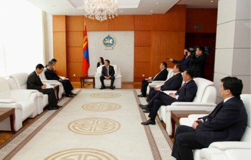 Hong Gyu and a DPRK diplomat (L) meet with Mongolian President Tsakhiagiin Elbegdorj (C) and  Mongolian government officials in Ulan Bator on 16 April 2013 (Photo: Info Mongolia/Government of Mongolia)