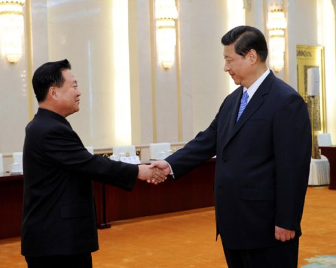 Chines President Xi Jinping (R) shakes hands with VMar Choe Ryong Hae, special envoy of DPRK leader Kim Jong Un, at the Great Hall of the People in Beijing on 24 May 2013 (Photo: Xinhua)