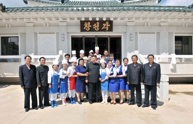 Kim Jong Un poses for a commemorative photograph with employees of a restaurant in Ch'angso'ng County, North P'yo'ngan Province (Photo: Rodong Sinmun).
