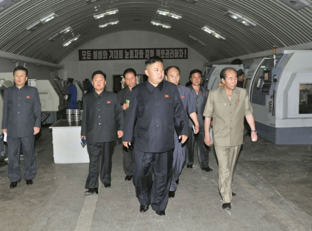 Kim Jong Un tours a section of the 18 January General Machinery Plant (Photo: Rodong Sinmun).