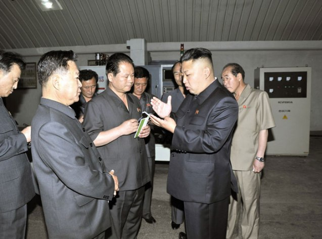 Kim Jong Un gives instructions during his visit to the 18 January General Machine Plant (Photo: Rodong Sinmun).
