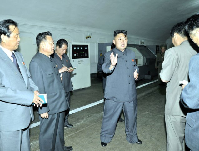 Kim Jong Un speaks during a tour of Kanggye General Machine Plant (Photo: Rodong Sinmun).