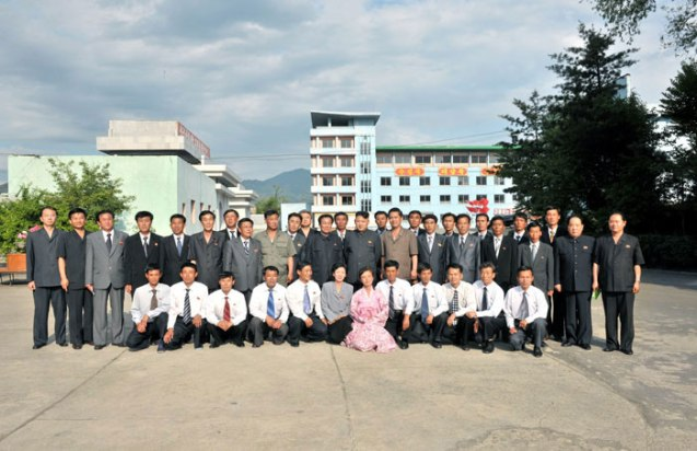 Kim Jong Un poses for a commemorative photograph with managers and employees of the Kanggye General Machine Plant (Photo: Rodong Sinmun).