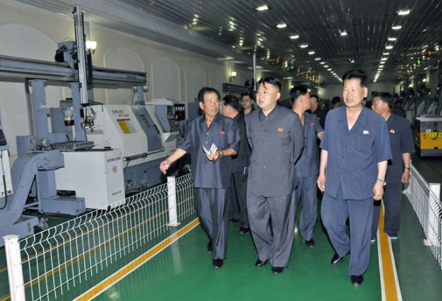 Kim Jong Un tours Jangjagang Machine Tools Plant (Photo: Rodong Sinmun).