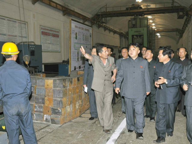 Kim Jong Un (2nd R) tours the Kanggye General Machine Plant in Chagang Province (Photo: Rodong Sinmun).