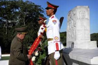 Chief of the KPA General Staff, Gen. Kim Kyok Sik (L), places a wreath at the grave of Cuban independence hero Antonio Maceo in Havana on 28 June 2013