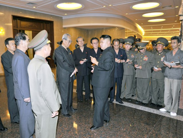Kim Jong Un talks to senior party and government officials accompanying him during a tour of the renovated Victorious Fatherland Liberation War (Korean War) Museum in Pyongyang (Photo: Rodong Sinmun).