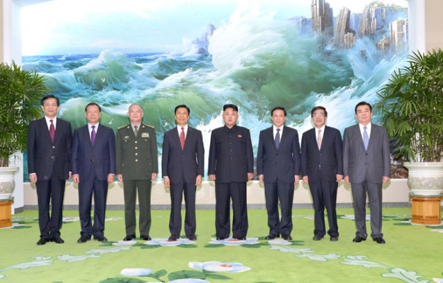 Kim Jong Un (4th R) poses for a commemorative photograph with Chinese Vice President Li Yuanchao (4th L) and a Chinese delegation at a state guest house in Pyongyang on 25 July 2013 (Photo: Rodong Sinmun).