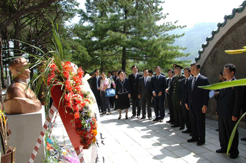 Chinese Vice President Li Yuanchao, along with a Chinese delegation, senior DPRK officials and DPRK citizens attend a wreath laying ceremony at the CPV Fallen Fighters' Cemetery in Hoech'ang County, South P'yo'ngan Province on 26 July 2013 (Photo: Rodong Sinmun)