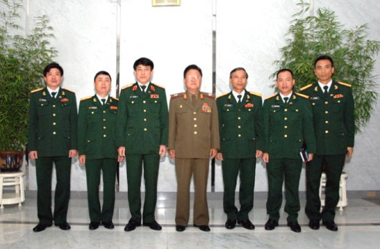 VMar Choe Ryong Hae (C) poses for a commemorative photograph with a delegation of the Vietnam People's Army's General Political Department in Pyongyang on 28 July (Photo: Rodong Sinmun).