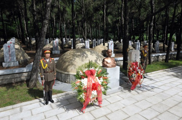 Floral wreaths from Kim Jong Un (L) and the Party Central Military Commission in front of the grave of Mao Anying, eldest son of late PRC leader Mao Zedong who was killed in a napalm strike in November 1950 while fighting in the Korean War (Photo: Rodong Sinmun).