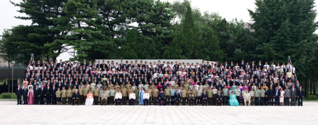 Kim Jong Un and senior DPRK officials pose for a commemorative photograph with delegations of oversea Koreans who traveled to the country to attend 60th anniversary events marking the termination of active hostilities of the Korean War (Photo: Rodong Sinmun).