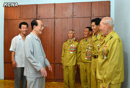 Supreme People's Assembly Presidium President Kim Yong Nam (2nd L) visits Korean War veterans at thei guest house in Pyongyang on 24 July 2013 (Photo: KCNA).
