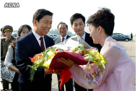Chinese Vice President Li Yuanchao (L) receives a floral basket from a DPRK woman worker after arriving in Pyongyang on 25 July 2013 (Photo: KCNA)