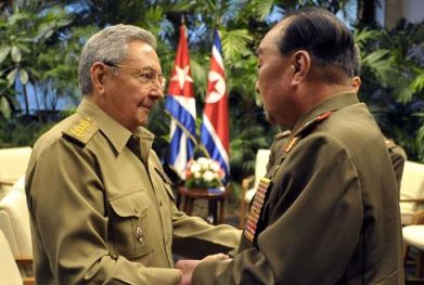Cuban President Raúl Castro (L) shakes hands with Gen. Kim Kyok Sik (R), Chief of the KPA General Staff, in Havana on 1 July 2013 (Photo: Prensa Latina).