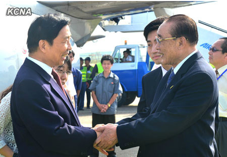 Chinese Vice President Li Yuanchao (L) shakes hands with SPA Presidium Vice President Yang Hyong Sop (R) after arriving in Pyongyang on 25 July 2013 (Photo: KCNA).
