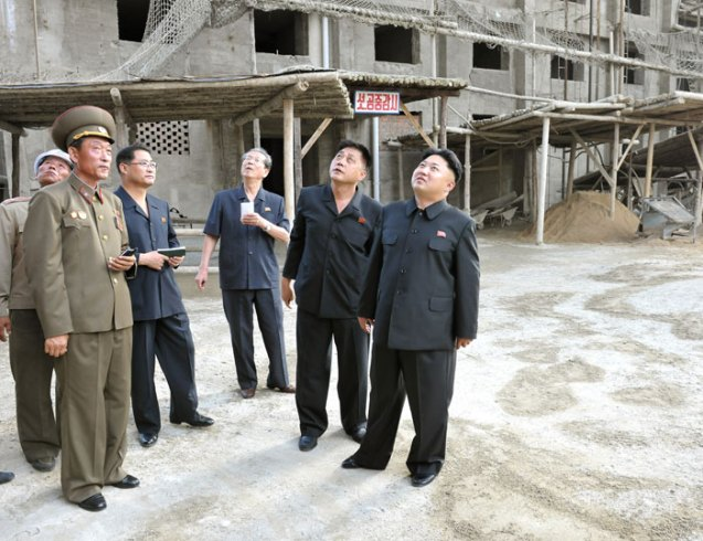 Kim Jong Un tours the premises of two apartment towers designated for Kim Il Sung University science faculty and researchers (Photo: Rodong Sinmun).