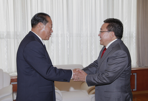 Minister of People's Security Gen. Choe Pu Il (L) shakes hands with Mongolian President Tsakhiagiin Elbegdorj (R) in Ulan Bator on 28 August 2013 (Photo: Office of the President of Mongolia).