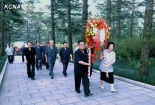 Members of the DPRK central leadership attend a wreath laying ceremony in Pyongyang on 19 August 2013 commemorating the 142nd birth anniversary of Kim Po Hyon, grandfather of late DPRK President and founder Kim Il Sung (Photo: KCNA).