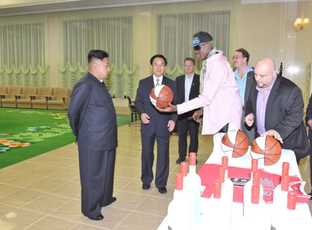 Dennis Rodman presents a basketball to Kim Jong Un (Photo: Rodong Sinmun).