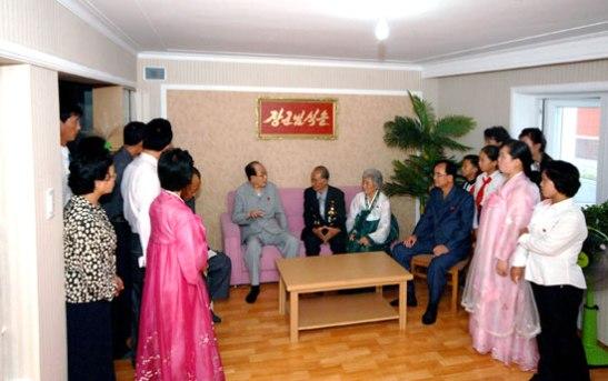 SPA Presidium President Kim Yong Nam visits residents of U'nha Scientists' Street in Pyongyang on 18 September 2013 (Photo: Rodong Sinmun).