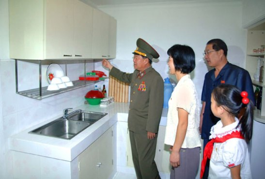 VMar Choe Ryong Hae visits an appartement on U'nha Scientists' Street in Pyongyang on 18 September 2013 (Photo: Rodong Sinmun).