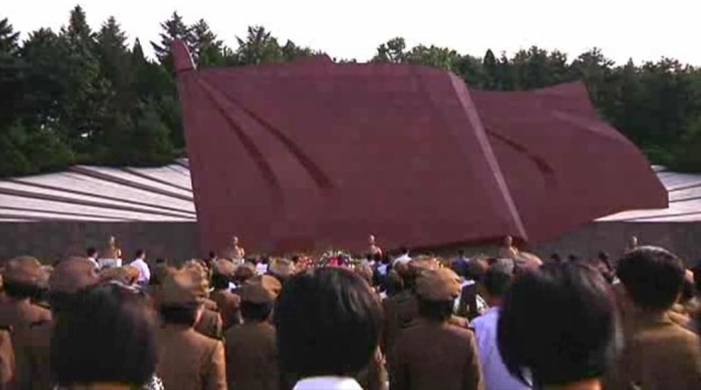 DPRK citizens pay their respects to the memorial bust of Kim Jong Suk, wife of late DPRK President and founder Kim Il Sung, on 22 September 2013 (Photo: KCNA screengrab).