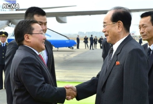 Mongolian President Tsakhiagiin Elbegdorj (L) shakes hands with SPA Presidium President Kim Yong Nam (R) after arrving at Pyongyang Airport on 28 October 2013 for a four-day visit to the DPRK (Photo: KCNA).