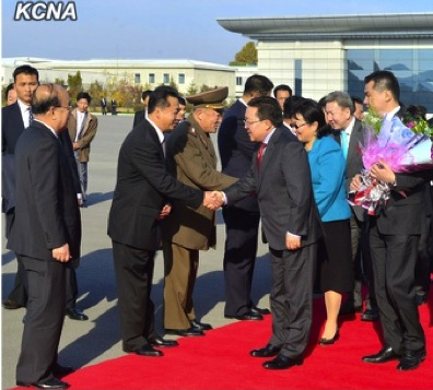 Mongolian President Tsakhiagiin Elbegdorj shakes hands with DPRK Minister of Foreign Trade Ri Ryong Nam prior to departing from Pyongyang airport on 31 October 2013 after a four-day visit to the DPRK (Photo: KCNA)