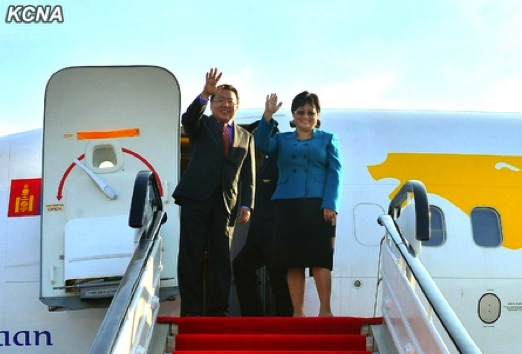 Mongolian President Tsakhiagiin Elbegdorj (L) and his wife Khajidsurengiin Bolormaa (R) wave before departing the DPRK on 31 October 2013 (Photo: KCNA).