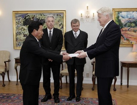 DPRK Ambassador Pak Kwang Chol (L) presents his diplomatic credentials to Icelandic President in Reyjkavik on 2 October 2013 (Photo: Office of the President of Iceland).