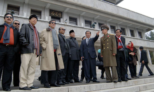 A delegation of Indonesia's People's Consultative Assembly led by chairman Sidarto Danusubroto visits P'anmunjo'm on 3 November 2013 (Photo: Rodong Sinmun).
