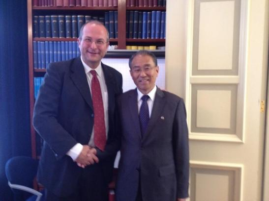 DPRK Vice Foreign Minister Kung Sok Ung (R) shakes hands with Peter van Tuijl (L) in The Hague on 20 October 2013 (Photo: Global Partnership for the Prevention of Armed Conflict).