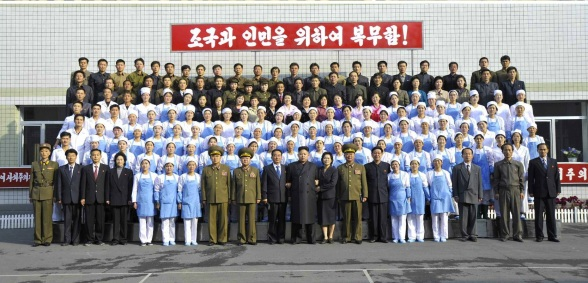 Kim Jong Un (C) poses for a commemorative photograph with personnel at KPA Foodstuffs Factory #354 (Photo: Rodong Sinmun).