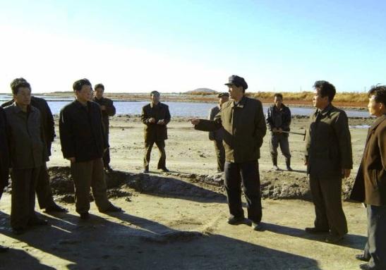 DPRK Premier Pak Pong Ju (3rd R) tours Kiwsong Saltern in South P'yo'ngan Province (Photo: Rodong Sinmun).